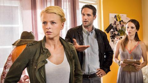 Kristina Katzer (Isabell Gerschke, l.) und Lukas Hundt (Oliver Franck, M.) streiten sich wegen Lisa Brink (Nora Huetz, r.), Hundts Date.