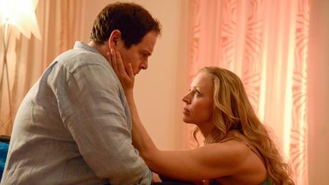 Zwischen Nicoletta (Nina Proll, r.) und Jörg (Thomas Mraz,, l.) ist Freundschaft entstanden. Sie versucht ihn zu verführen, doch er hat Probleme sich darauf einzulassen.
