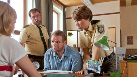 Sophie Haas (Caroline Peters, l.) denkt gar nicht daran, vor Arthur Brandt (Felix Vörtler, 2.v.r) zu kuschen.