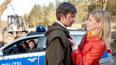 Die Chefin verliebt? Fassungslos schauen Bärbel Schmied (Meike Droste, l.) und Dietmar Schäffer (Bjarne Mädel, 2.v.l.) zu, wie Jochen Kauth (Arnd Klawitter, 2.v.r.) und Sophie Haas (Caroline Peters, r.) sich umarmen.