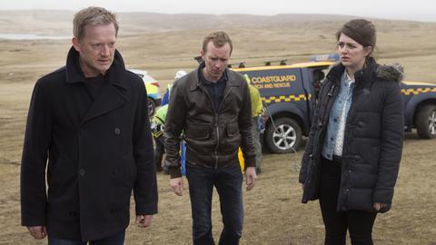 Jimmy Perez (Douglas Henshall, li.), Tosh (Alison O'Donnell) und Polizist Sandy (Steven Robertson) müssen einen weiteren Mord aufklären.
