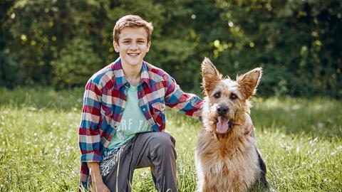Flori (Lino de Greiff) mit seinem Racko (Filmhund Chewakka).