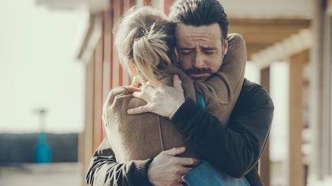 Inspector Tom Mathias (Richard Harrington, li.) bekommt es mit verrohten Männern zu tun: dem Afghanistan-Veteran John Bell (Mark Lewis Jones, re.) und dessen vorbestraften Mitbewohner Gary Pearce (Tom Thys Harries).