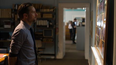 Wer ist die Unbekannte? Inspector Tom Mathias (Richard Harrington) und sein Team haben eine Leiche, aber keine Hinweise auf ihre Identität.