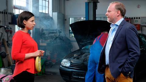 Caro (Martina Ebm, links) hat beschlossen, dass sie auf eigenen Beinen stehen will. Sie sucht einen Job und landet schließlich in Werners (Christoph Grissemann) Autoreparatur als Nachfolgerin von Vanessa.