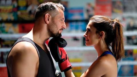 Zorica (Doris Golpashin) nimmt bei Milo (Murathan Muslu) Boxstunden. Dabei kommen sich die beiden näher.