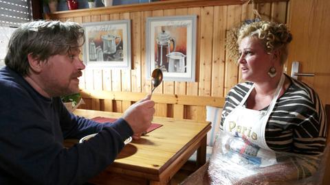 Klaus Romanski (Aljoscha Stadelmann, l.) verrät Heike Schäffer (Petra Kleinert, r.), warum er ausgerechnet sie als Geisel genommen hat: Der Duft ihres Gulasch hat ihn in ihr Haus gelockt.