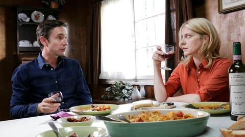Sophie Haas (Caroline Peters, r.) ist die Lust auf ein Schäferstündchen mit Dr. Kauth (Arnd Klawitter, l.) vergangen.