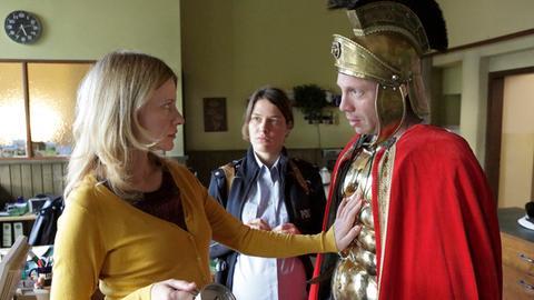 Sophie Haas (Caroline Peters, l.) und Bärbel Schmied (Meike Droste, M.) sind beeindruckt - Jan Schulte (Johann von Bülow, r.) mimt auf den Martinszug den Sankt Martin.