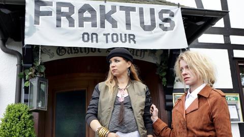 """Böses Erwachen nach dem """"Fraktus""""-Konzert im Gasthof Aubach - Roadie Gonzo liegt tot in den Rabatten. Seine schwangere Freundin Cherry (Alexandra Schalaudek, l.) und Sophie Haas (Caroline Peters, r.) sind fassungslos."""