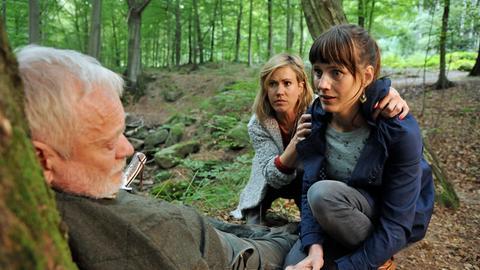 Klaras (Wolke Hegenbarth, 2.v.r.) Freundin Kati (Sophie Lutz, r.) macht einen schrecklichen Fund: Ihr Onkel Werner (Komparse, l.) sitzt mit einem Messer in der Brust, an einen Baum gelehnt.