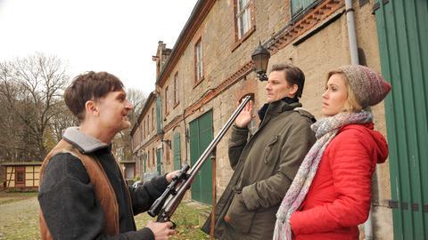 Bauer Lüding (Jörn Hentschel, l.) zeigt Lauer (Marc Oliver Schulze, M.) und Klara (Wolke Hegenbarth, r.) sein Gewehr. Damit wurde nicht geschossen!