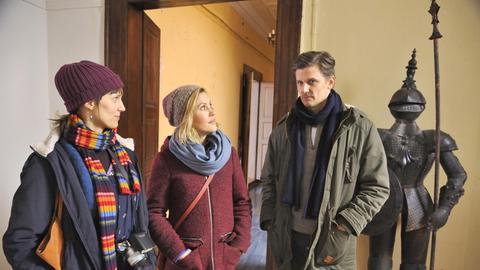 Kati (Sophie Lutz, l.) und Klara (Wolke Hegenbarth, M.) haben Lauer (Marc Oliver Schulze, r.) gerufen. Der wundert sich über nichts mehr – wo Klara ist, sind auch Leichen!