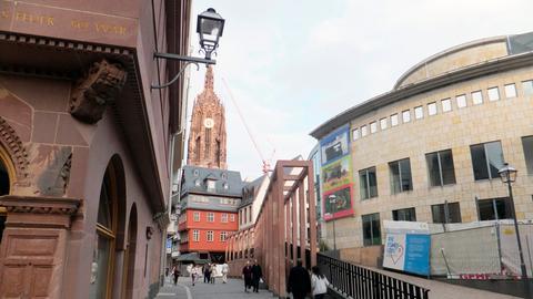 """Die Straße """"Markt"""" in der neuen Frankfurter Altstadt: der """"Krönungsweg"""", auf dem Kaiser und Könige zur Krönung vom Römer aus hoch zum Dom zogen; rechts im Bild die Rotunde der Schirn Kunsthalle."""