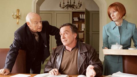 Rechtsanwalt Rainer Maria (Elmar Wepper, Mitte) arbeitet in der Kanzlei seines Schwiegervaters (Dietrich Hollinderbäumer).