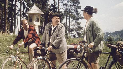 Kräftig in die Pedale treten: Die 3 ehemaligen Schulkameraden Fritz Eilers (Heinz Erhardt, Mitte), Ulrich Salandt (Hans-Joachim Kulemkampff, li.) und Johannes Büttner (Wolf Albach-Retty).