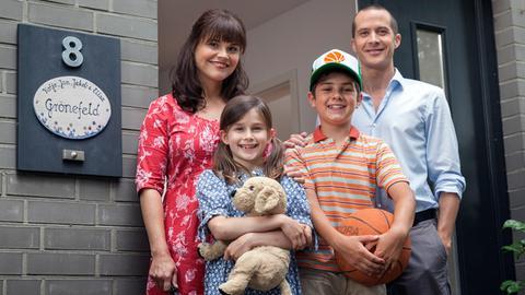 Jan (Barnaby Metschurat, re.) und Katja (Katharina Wackernagel, li.) sind mit ihren beiden Kindern Jakob (Mindor Behrens) und Elisa (Marleen Quentin) in ihr neues Haus eingezogen.
