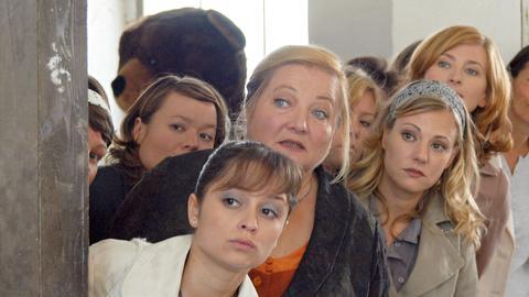 Marie (Marianne Sägebrecht, Mitte) und ihre Kolleginnen Jeanette (Sarah Alles, li. vorne), Ulrike (Julia Schmidt, li. hinten), Babs (Eva Hassmann, 2.v.re.) und Petra (Tatjana Alexander, re.) haben einen Plan ausgeheckt, um ihre Firma vor der Schließung zu bewahren.