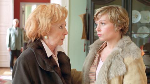 Lampenfieber: Maja (Jennifer Nitsch) muss ihrer Mutter Charlotte (Rosemarie Fendel) Mut zusprechen, denn im Hintergrund wartet der Mann ihres Lebens (Ernst Stankovski), den sie seit Jahrzehnten nicht gesehen hat.