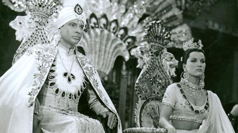 Der Maharadscha Chandra (Walter Reyer) und seine Frau Seetha (Debra Paget).