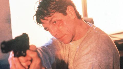 Dean McConnell (Eric Roberts) ist im brennenden Hochhaus eingeschlossen, doch er versucht zu verhindern, dass sein Rivale Quentin mitsamt seiner Beute entkommt.