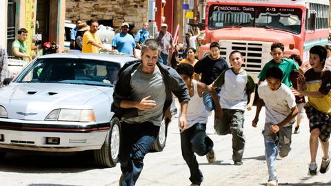 Paul Stanton (Dermot Mulroney, li.) hat sich in Mexiko mit einer Bande von Straßenkindern angelegt.