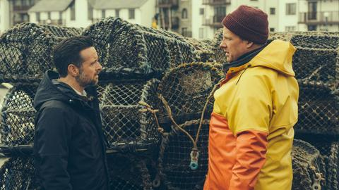 Die erste Spur führt Inspector Tom Mathias (Richard Harrington) zu dem Verdächtigen Mark Watkins (Dyfrig Morris), der dem Ermordeten den Tod wünschte.