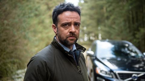 Bei seinen Ermittlungen in einem Dorf stößt Chief Inspector Mathias (Richard Harrington) auf eine Mauer des Schweigens.