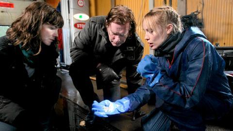In einer Autowaschanlage finden Irene (Angela Kovacs, links) und ihre beiden Kollegen Jonny (Dag Malmberg) und Elin (Moa Gammel) einen Ring, der höchtswahrscheinlich einer ermordeten Frau gehörte.