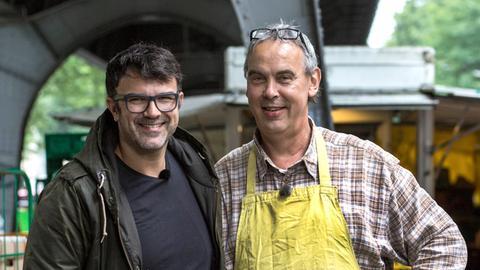 Bei Isemarkt-Verkäufer Andreas Handke darf Tarik spontane seine wilde Küche aufschlagen.
