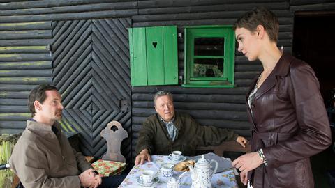 Generalleutnant A.D. Gaucke (Hansjürgen Hürrig, M.) konfrontiert Falk (Jörg Hartmann, l.) im Beisein von Doreen Hager (Manja Kuhl, r.) mit einer Akte aus der hervorgeht, dass sein Vater im Auftrag des MfS einen Mord begangen haben soll.