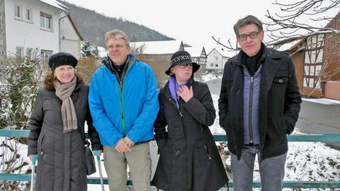 Die alte Jugendclique im Dorf Amönau bei Marburg mit (von links) Elke Kahler, Henry Hübener und dem Ehepaar Gudrun und Jürgen Kallina. Sie erinnern sich gemeinsam an Elke Kahlers französische Austauschschülerin Annette.