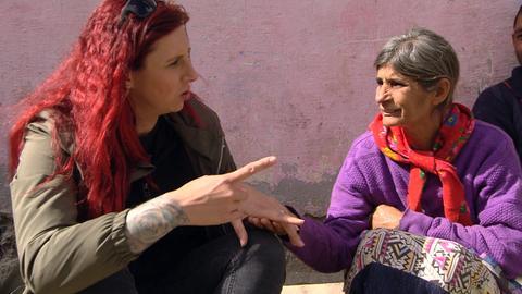 Jenny (l.) im Gespräch mit einer Romafrau.