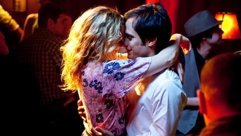 Marley (Kate Hudson) und Julian (Gael García Bernal) im Nachtclub.