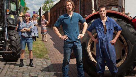 Mit vereinten Kräften wollen Erik (David Rott, Mitte), seine Neffe Nico (Max Hegewald) und die anderen Milchbauern sich den Großmolkereien widersetzen.