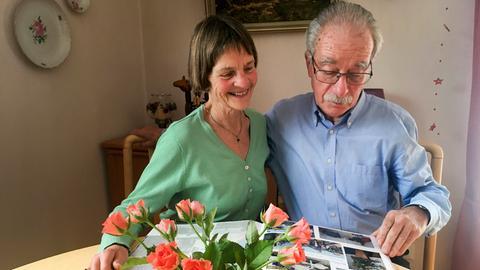 Ehepaar Lätsch beim Bilder anschauen.