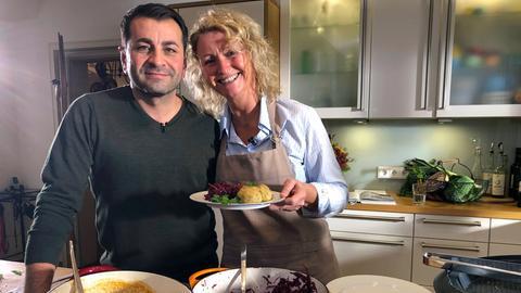 Die leidenschaftliche Hobbyköchin Gitta Wittmer-Eigenbrodt aus Vöhl am Edersee und Profikoch Ali Güngörmüs, Münchner mit türkischen Wurzeln.