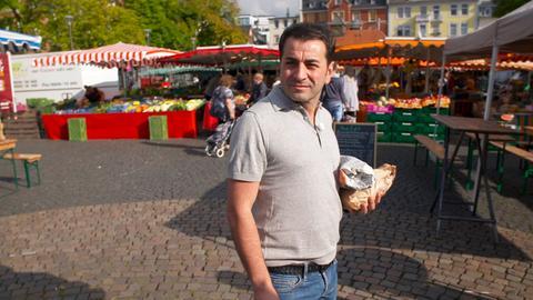 Profikoch Ali Güngörmüs kauft auf dem Offenbacher Wochenmarkt Zutaten ein.