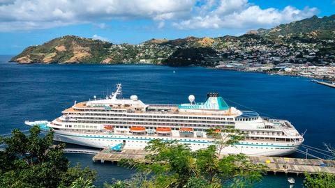 Das Kreuzfahrtschiff Amera, das seine Amazonas-Reise wegen der Corona-Pandemie abbrechen und die Passagiere in 18 Tagen über den Atlantik zurück nach Deutschland bringen musste, liegt in St. Vincent in der Karibik an der Pier.