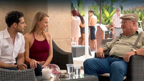 Paul Krüger (Horst Krause) und Kneipenwirtin Karin (Marie Gruber) buchen im Beisein ihrer beiden Freunde Eckhard (Jörg Gudzuhn) und Bernd (Fritz Roht) über das Internet eine Reise in die Türkei, um Pauls Enkelin zu besuchen.