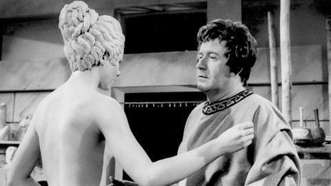 """In jeder """"EWG""""-Sendung persiflierte Hans-Joachim Kulenkampff in einem kleinen Spielfilm die Großen der geschichte und der Zeitgeschichte. In dieser kleinen Szene mit Hans-Joachim Kulenkampf erwacht die von Pygmalion geschaffene Statue zum Leben."""