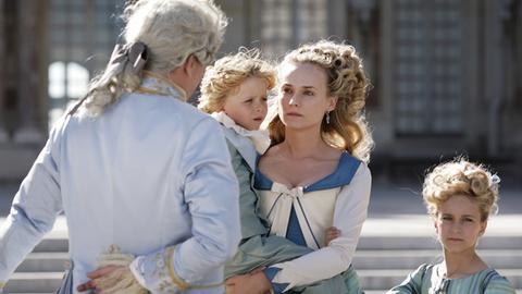 Das geruhsame Leben am Hofe ist schon bald Geschichte. Das bekommen Marie Antoinette (Diane Kruger), ihr Mann Ludwig XVI. (Xavier Beauvois) und die beiden Kinder Marie Thérèse Charlotte und Louis-Charles schmerzlich zu spüren.