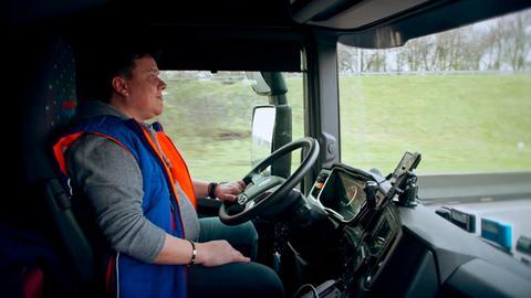 Der rumänische LKW Fahrer Cristinel arbeitet und lebt in seinem Truck.