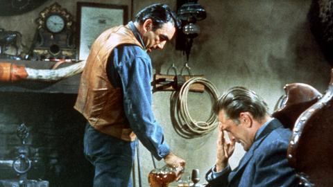 Ein Sheriff will die Mörder seiner indigenen Frau dem Gericht zuführen, gerät dabei aber in blutige Konflikte mit einem alten Weggefährten und einer ganzen Ortschaft. - Craig Belden (Anthony Quinn, li.) und Matt Morgan (Kirk Douglas).
