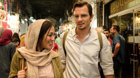 Ohne seine Dolmetscherin Shirin (Mona Pirzad) ist Robert (Felix Klare) hilflos.