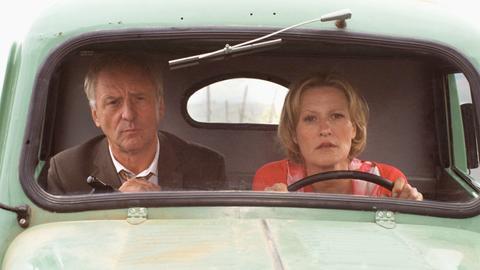 """In einem """"geliehenen"""" Auto setzen Sonja Franke (Suzanne von Borsody) und Amtsrichter Dr. Alain Mayer (Günther Maria Halmer) ihre Reise fort."""