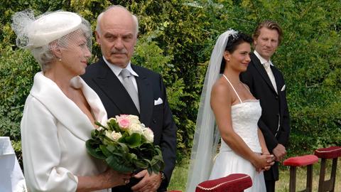 """Zwei glückliche Paare aus zwei Generationen: Heinrich (Charles Brauer, 2.v.li.) und Johanna (Nicole Heesters, li.), Peter (Michael von Au, re.) und Stella (Sandra Speichert) geben sich das """"Ja-Wort""""."""