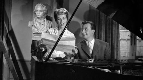 Der arbeitslose Jazzmusiker Peter Hagen (Peter Alexander) wird im Internat Schloss Tiefenstein angestellt, um die musikalische Erziehung der Kinder wieder voranzubringen. Peter gewinnt rasch das Herz seiner Schützlinge und auch das der hübschen Musiklehrerin Britta (Bibi Johns).
