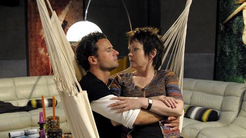 Eva (Katrin Sass) zögert, sich von dem 20 Jahre jüngeren Jonathan (Stephan Luca) verführen zu lassen.