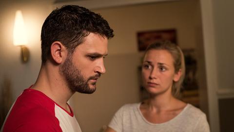 Lea (Anna Sophia Claus) versucht Konstantin (Arne Rudolf) beizustehen.